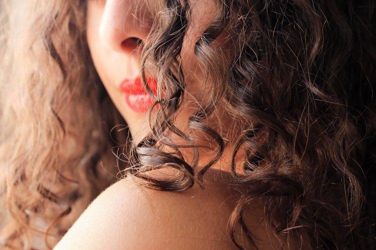 femme cheveux bouclés